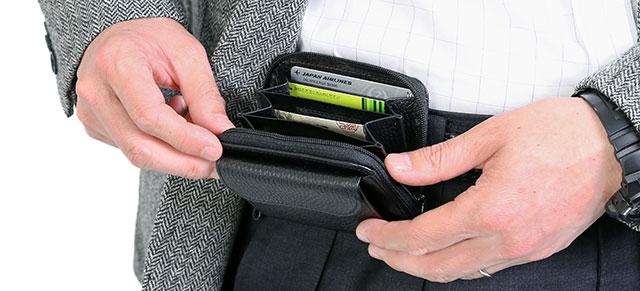 6134e9172888 発売以来15年以上にわたりロングセラーとして愛されているベルトパースが登場。ベルトに装着するタイプの財布で、日本の職人がていねいに仕上げています。